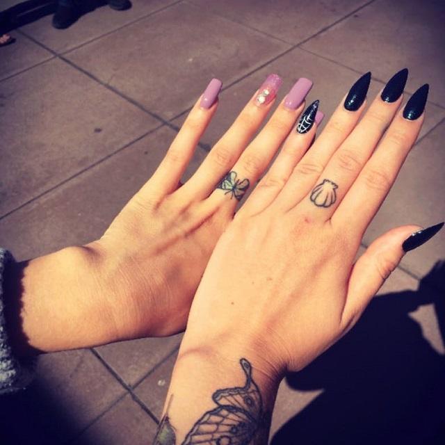 Tatuajes dedos uñas acrílicas 3