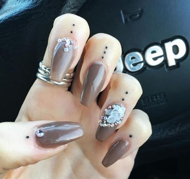 Tatuajes cutículas y uñas acrílicas 2