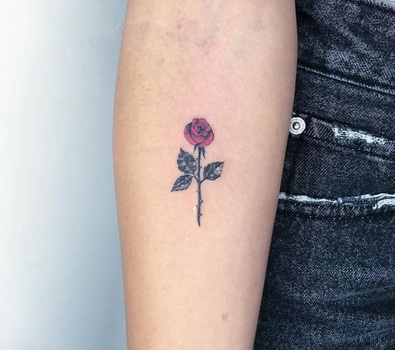 Tatuaje pequeño rosa en el antebrazo 5