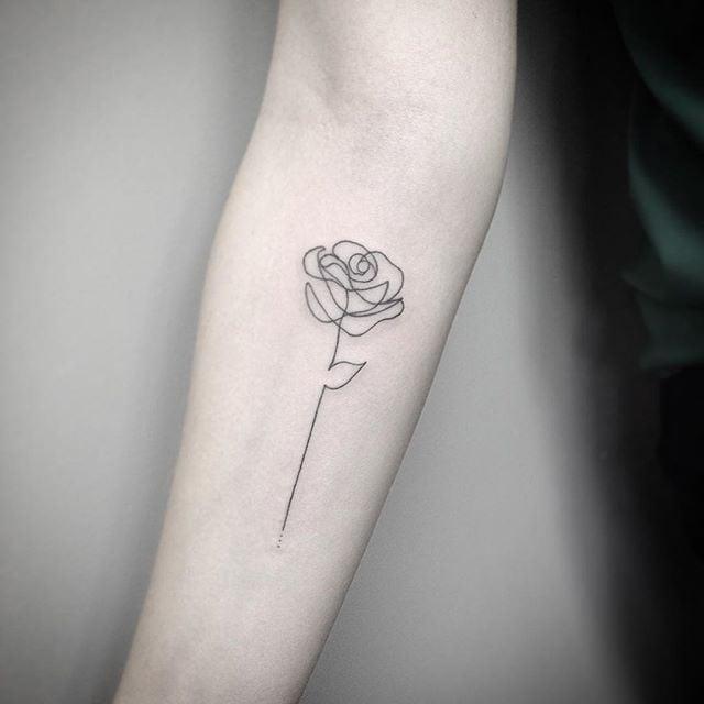 Tatuaje pequeño rosa en el antebrazo 2