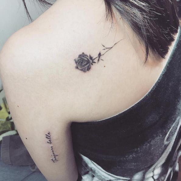 Tatuaje pequeño rosa en la espalda 2