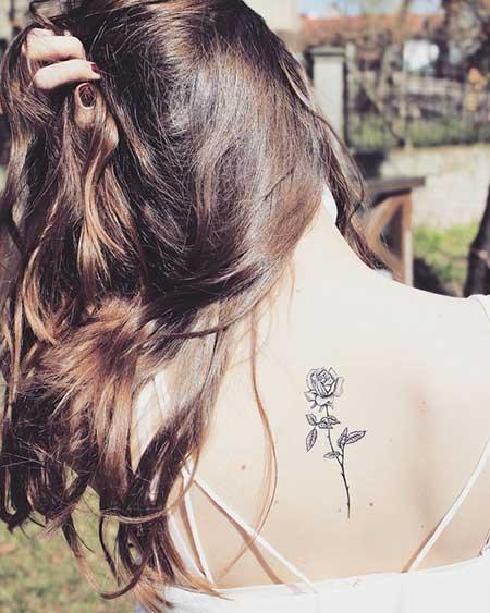 Tatuaje pequeño rosa en la espalda 3