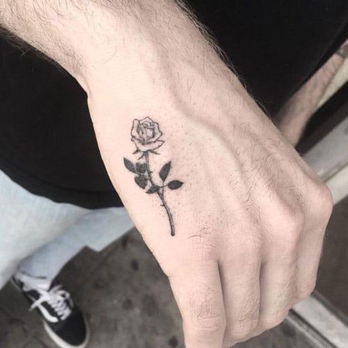 Tatuaje pequeño rosa en la mano