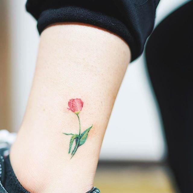 Tatuaje pequeño rosa tobillo 3
