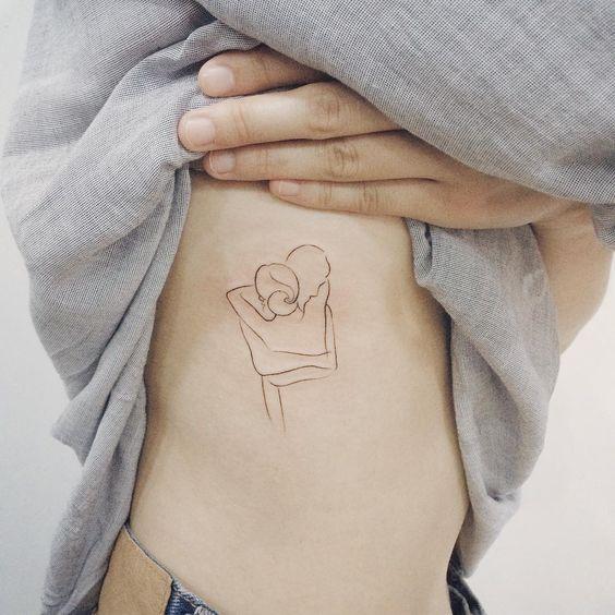 Tatuajes pequeños de amor abrazo 2
