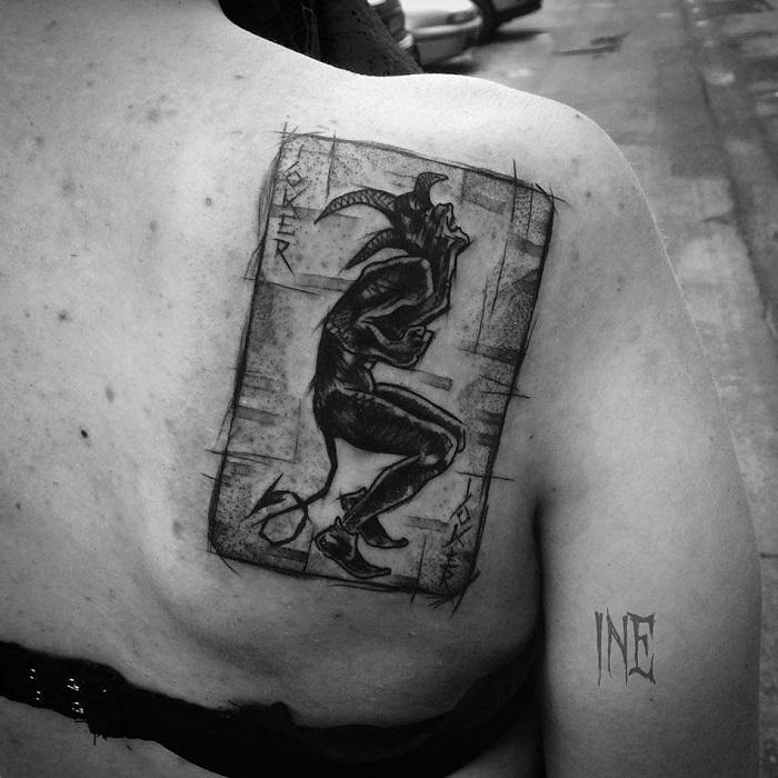 Tatuaje póker Joker espalda mujer