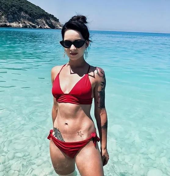Tatuajes en los brazos y caderas con bikini