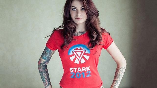 Combinar tatuajes colores ropa roja