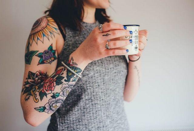 Cómo combinar colores: tatuajes y ropa