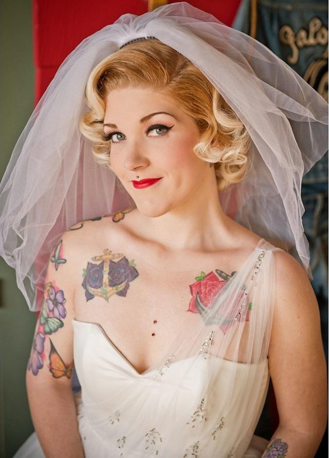 Combinar tatuajes colores con vestido novia