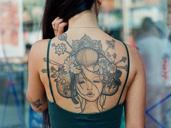 Tatuaje en la espalda al aire