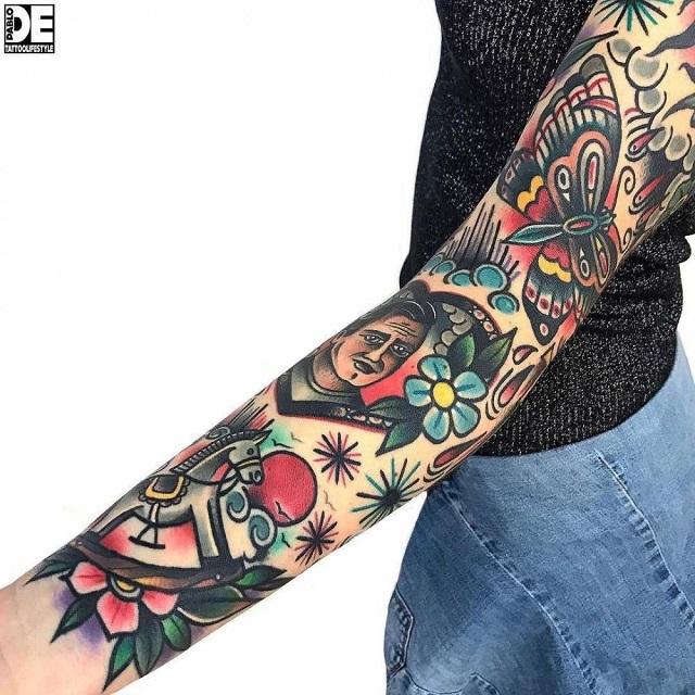 Combinar tatuajes colores ropa negra