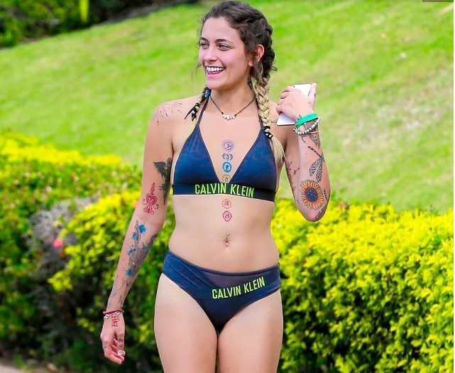 Tatuajes entre pechos con bikini