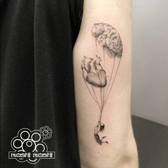 Tatuaje cerebro y brazo paracaidas