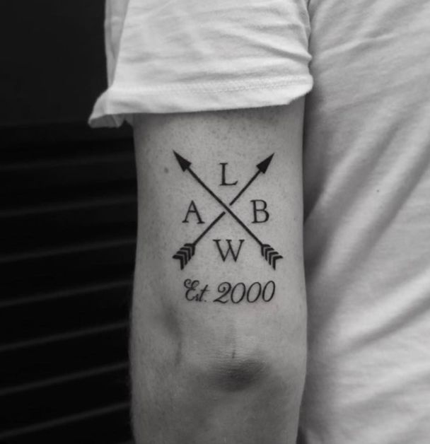 Tatuajes pequeños familia hombres flechas