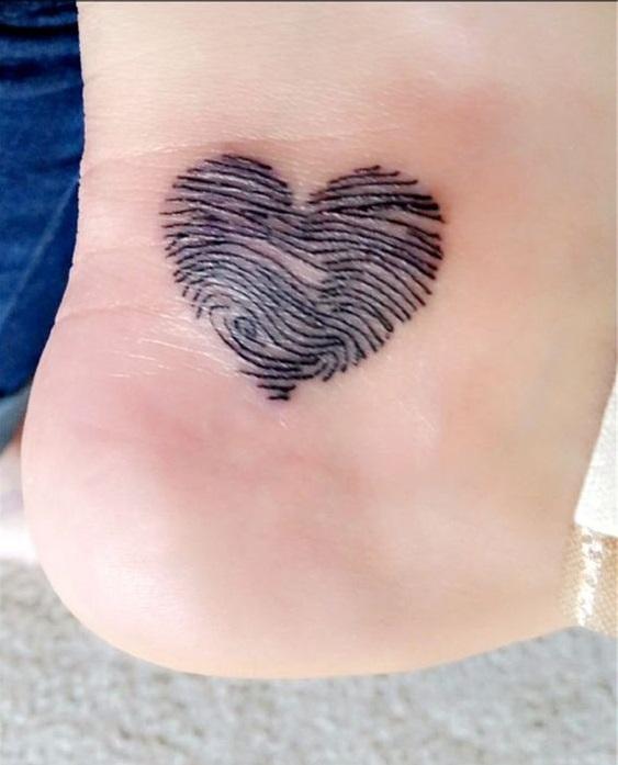 Tatuajes pequeños familia huellas corazón