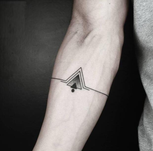Tatuaje pequeño hombre antebrazo triángulo