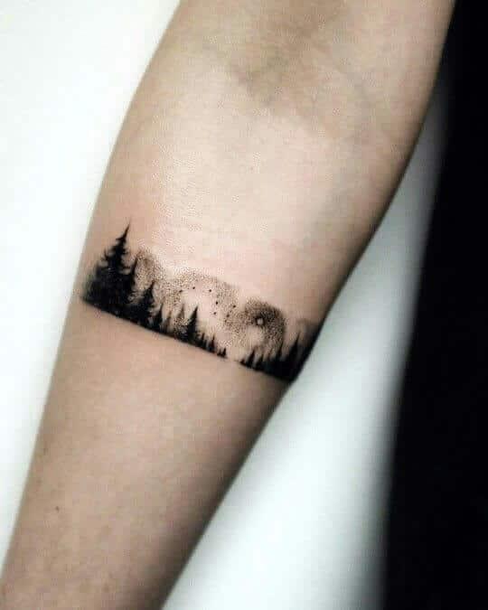 Tatuaje pequeño hombre antebrazo bosque