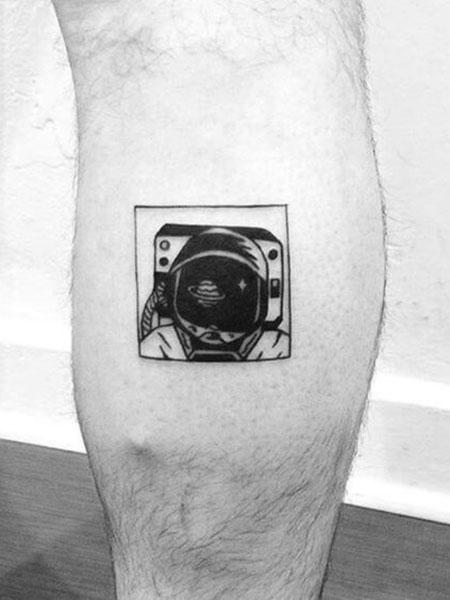 Tatuaje pequeño hombre pierna astronauta