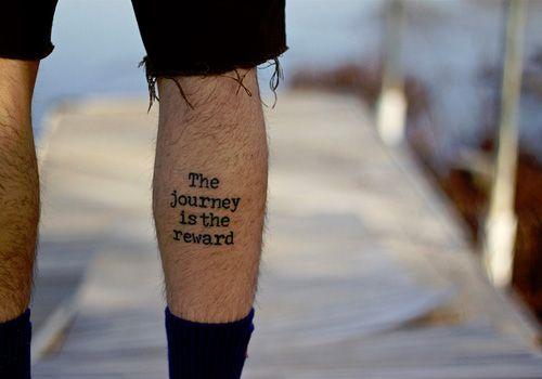 Tatuaje pequeño hombre pierna the journey is the reware