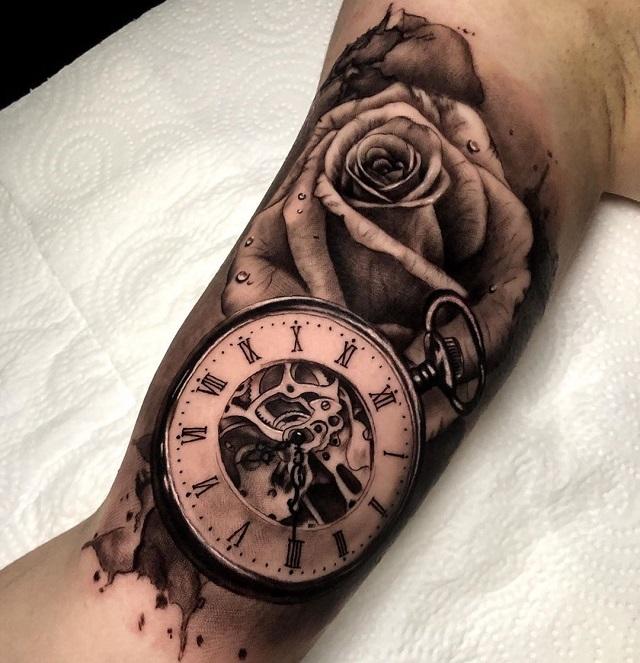 Tatuaje rosa y reloj