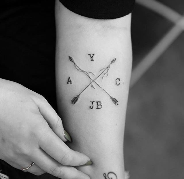 Tatuaje pequeño cuatro iniciales antebrazo